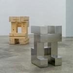 Gerold Tagwerker, alexander#1_wood, 2010, Holz, 80 x 45 x 45 cm und alexander#1_steel, 2010, polierter Stahl, 60 x 36 x 36 cm; © Gerold Tagwerker