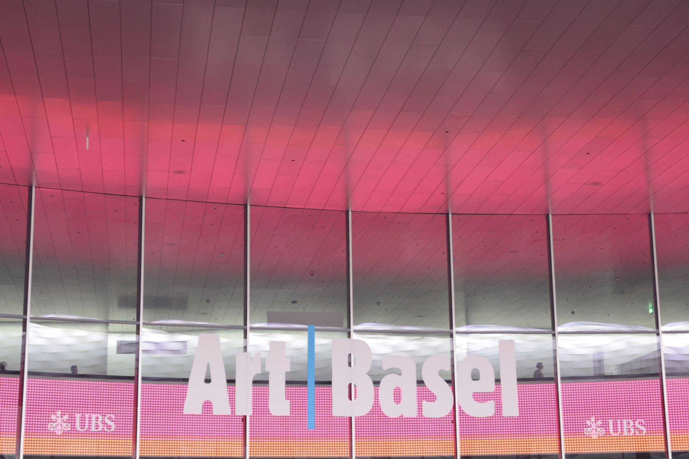 Art Basel Logo über dem Eingang