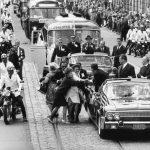 Guido Mangold: Frauen durchbrechen die Absperrung in Berlin, um John F. Kennedy die Hand zu schütteln Berlin, 26. Juni 1963
