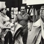 va Aeppli, Jean Tinguely und Per Olof Ultvedt mit Méta-Matic-Zeichnungen, Atelier Impasse Ronsin, Paris, 1959 Foto: Hansjörg Stoecklin